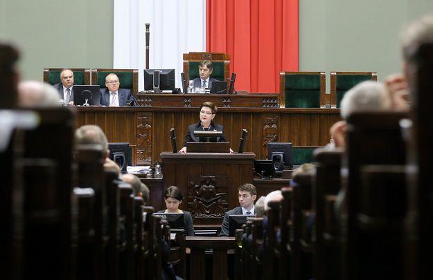 Sondaż CBOS. Ocena sytuacji politycznej w Polsce mocno w dół