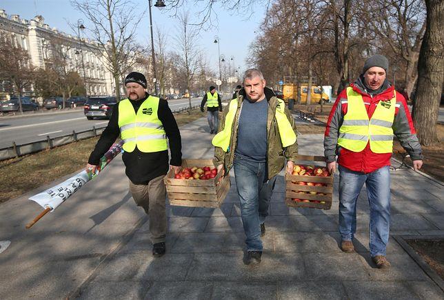 Chcieli wysypać jabłka przed siedzibą prezydenta i MSZ, w końcu wylądowały one na placu Unii