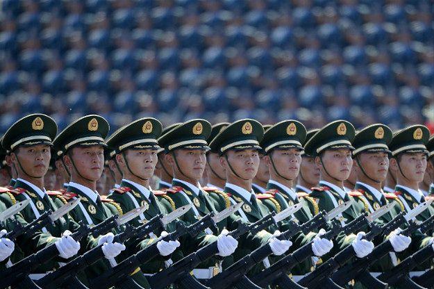 Chińscy żołnierze w szyku defiladowym na paradzie w Pekinie