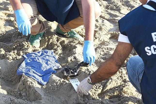 Policja zabezpiecza ślady i materiały dowodowe na plaży w Rimini