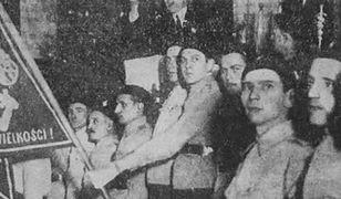 Polscy nacjonaliści z proporcem, na którym widoczny jest symbol falangi, 1937 r.