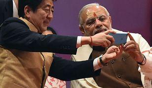 Shinzo Abe i Narendra Modi robią selfie w czasie wizyty premiera Japonii w Indiach