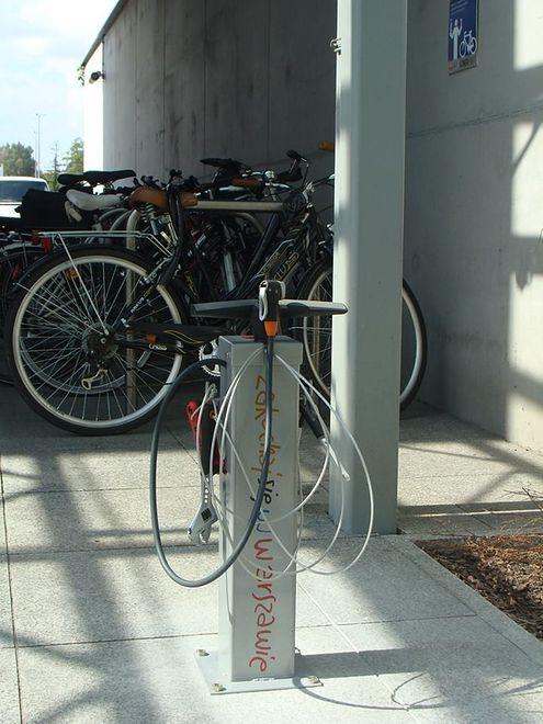 Pierwsza w Polsce samoobsługowa stacja naprawcza dla rowerów jest już na Młocinach!