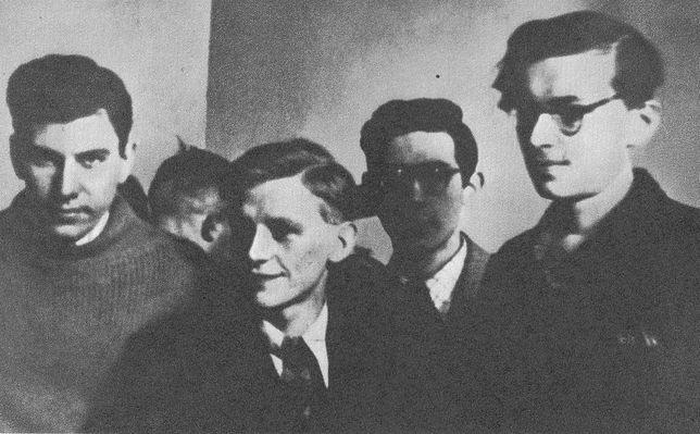 Warszawa. Jan Bytnar ps. Rudy (w środku) z kolegami