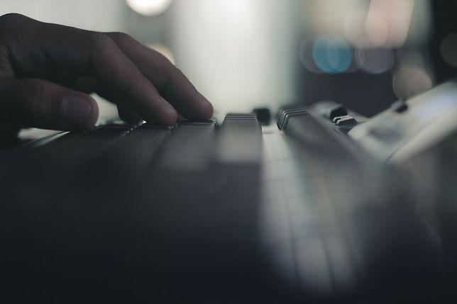 """Ochota: policja zatrzymała dwóch 15-letnich """"hakerów"""". """"Zablokowali system informatyczny szkoły"""""""