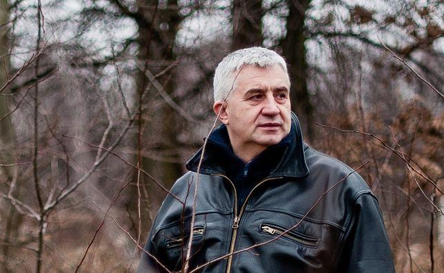 Nadkomisarz Dariusz Loranty, były negocjator policyjny, ma kilka scenariuszy związanych z ujawnieniem ogromnych ilości kokainy w pudłach z bananami
