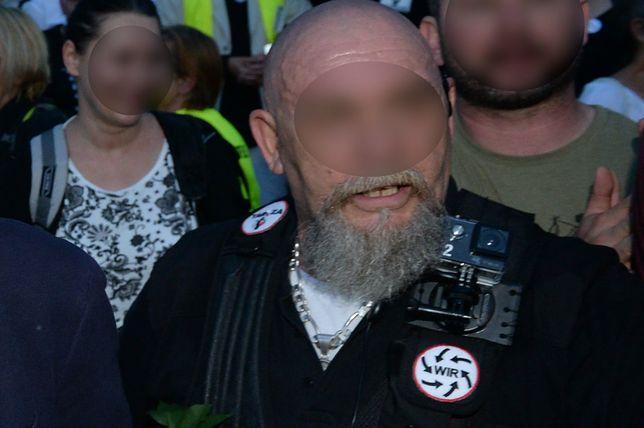 Zatrzymano go z hukiem po zawiadomieniu TVP. Teraz sąd uchylił mu zakaz zbliżania się do dziennikarzy