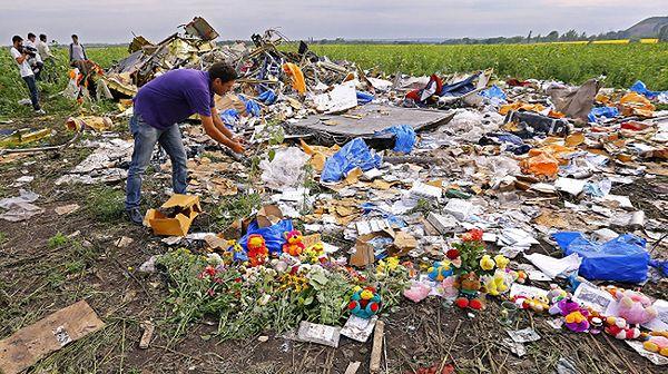 Kwiaty na miejscu katastrofy malezyjskiego boeinga