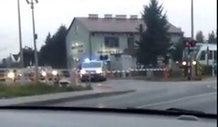Karetka utknęła na przejeździe w Miłocinie