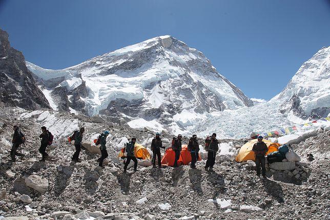 Szerpowie wchodzą na najwyższe szczyty bez zabezpieczenia