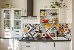 Wzorzyste płytki na ścianie w kuchni. To jest modne!