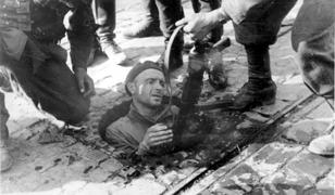Powstaniec wyciągany z kanału przez żołnierzy niemieckich. Okolice ul. Dworkowej na Mokotowie