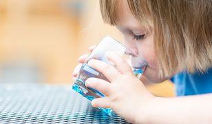 Dziecko napiło się wody w trakcie lekcji. Reakcja nauczycielki wszczęła burzę