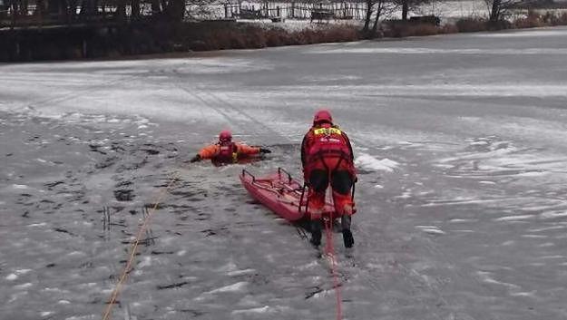 Poznańscy strażacy i policjanci ostrzegają przed zabawą na zamarzniętych jeziorach