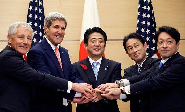 Sekretarz obrony USA Chuck Hagel, sekretarz stanu John Kerry, premier Japonii Shinzo Abe, szefowie MSZ Fumio Kishida i MON Itsunori Onodera