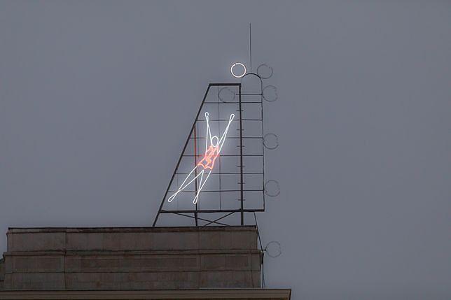 Symbol błyskawicy. Będzie kontrola znaku na neonie