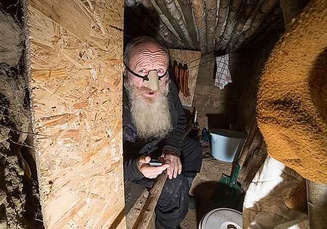Wykopał dziurę w ziemi i w niej zamieszkał - zdjęcia