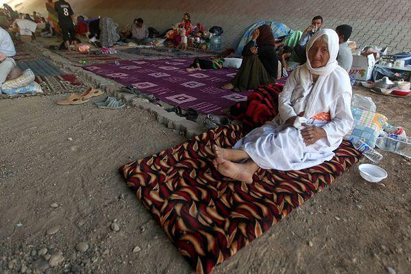 Jazydzi, którzy chronią się pod mostem na obrzeżach kurdyjskiego miasta Dohuk