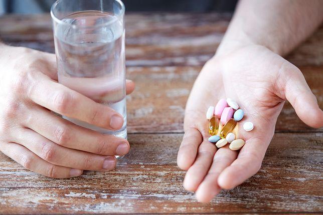 Niedobory cysteiny można uzupełniać suplementami diety.