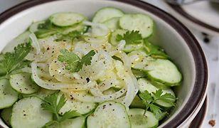Sałatka ze świeżych ogórków i marynowanej cebuli