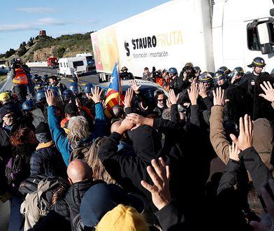 Hiszpania. Wśród zablokowanych samochodów, są ciężarówki z Polski