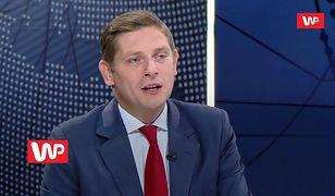 Wybory Parlamentarne 2019. Bartosz Kownacki rozdaje... widelce. Tłumaczenie