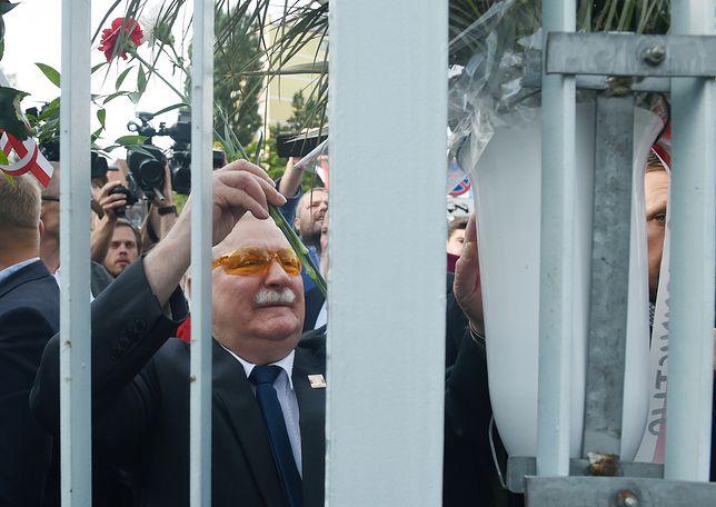 Lech Wałęsa składa kwiaty przy Bramie nr 2 Stoczni Gdańskiej podczas obchodów 37. rocznicy Sierpnia '80.