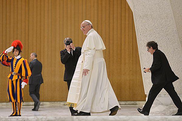 Franciszek przyszedł na mszę na piechotę. Wiernych całował w policzek