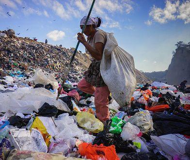 Wyrzucane, prawie nowe ubranie rozkładają się nawet sto lat