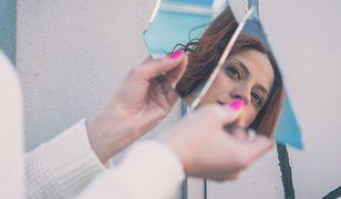 Kobieta przy lustrze