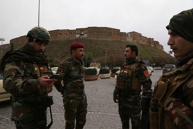 Kurdyjscy żołnierze pod zbombardowaną bazą w Irbilu