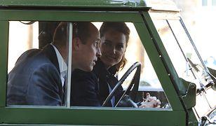 Książę William i księżna Kate w samochodzie Filipa. Oglądali film