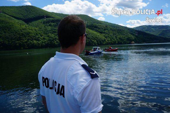 Śląskie. Policyjni motorowodniacy na Jeziorze Międzybrodzkim sześciokrotnie ukarali mandatami miłośników kąpieli, którzy korzystali z rowerów wodnych po użyciu alkoholu.