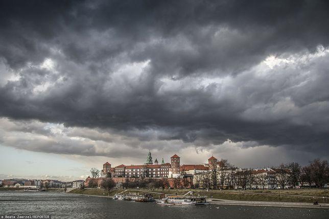 Kraków. Do miasta dotarł front burzowy