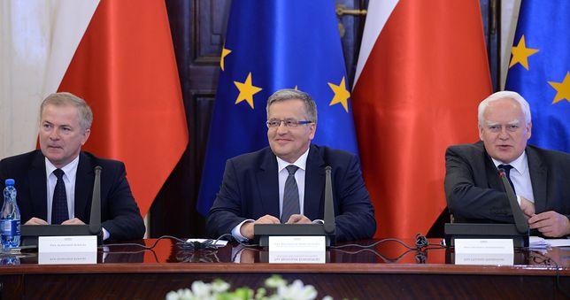 Sławomir Rybicki, Bronisław Komorowski i Olgierd Dziekoński. Najbliżsi współpracownicy byłego prezydenta. W tle flagi Unii Europejskiej.