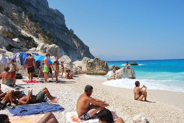Tylko w okresie sezonu letniego turyści próbują wywieźć z Sardynii 5 ton piasku