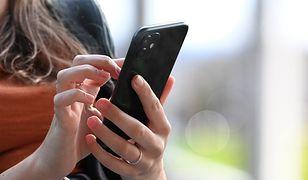 Zakupy ze smartfonem w ręku. Coraz częściej sięgamy po promocje z telefonu
