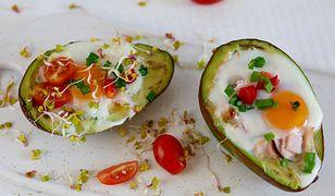 Jajka zapiekane w awokado. Przepyszne połączenie na śniadanie