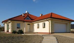 Dom piętrowy kontra parterowy. Funkcjonalność i koszty budowy