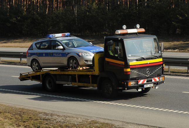 Drogówka zatrzymała dowód kierowcy opla, ale to radiowóz odjechał na lawecie