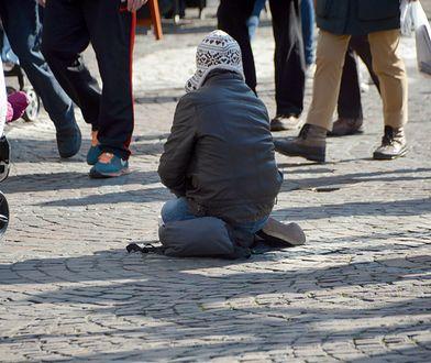 Bezdomni proszący o pieniądze wzbudzają mieszane emocje