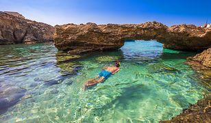 Krystalicznie czysta woda, sceneria podziemnych jaskiń i wyniosłe skały Gozo przyciągają turystów