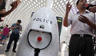Robot AnBot, który czuwa nad bezpieczeństwem na lotnisku.
