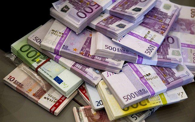 Policjanci badają teraz autentyczność i pochodzenie banknotów.