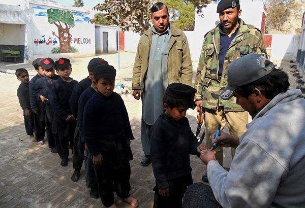 Akcja szczepienia przeciw polio w pakistańskiej szkole