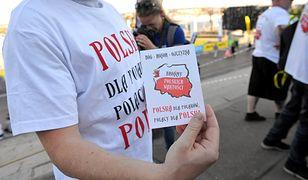 """Ulotki z hasłem """"Polska dla Polaków"""" rozdawane na terenie regat w Szczecinie"""