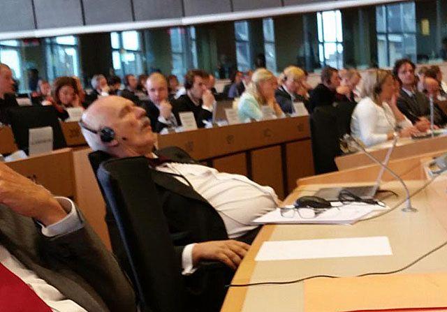 Politycy, którzy ucięli sobie drzemkę w pracy - zdjęcia