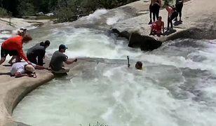 """Szlak prowadzący do wodospadu jest opisywany na oficjalnej stronie jako """"trudny, umiarkowanie strony, o śliskich skałach"""""""