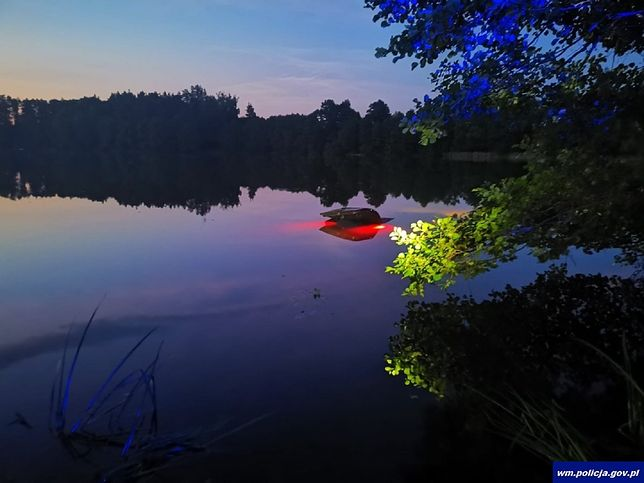 Kompletnie pijany turysta z Warszawy wjechał samochodem do jeziora, fot. Policja Warmińsko-Mazurska