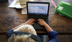 """Matka rozczarowana edukacją internetową. """"Dzieciak siedzi i sam szuka materiału, bo nie rozumie"""""""